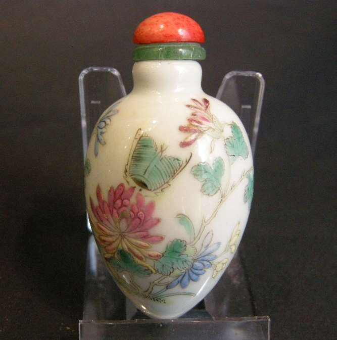 Porcelain snuff bottle in fruit shape decorated